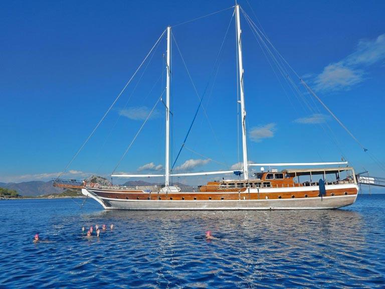 Swimming-Sailing-Vacation-Trip